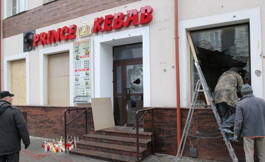 Zabezpieczane płytami wiórowymi okna baru Prince Kebab w Ełku