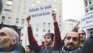 Manifestacja muzułmanów w Mediolanie po krwawych zamachach w Paryżu z 13 listopada 2015 roku