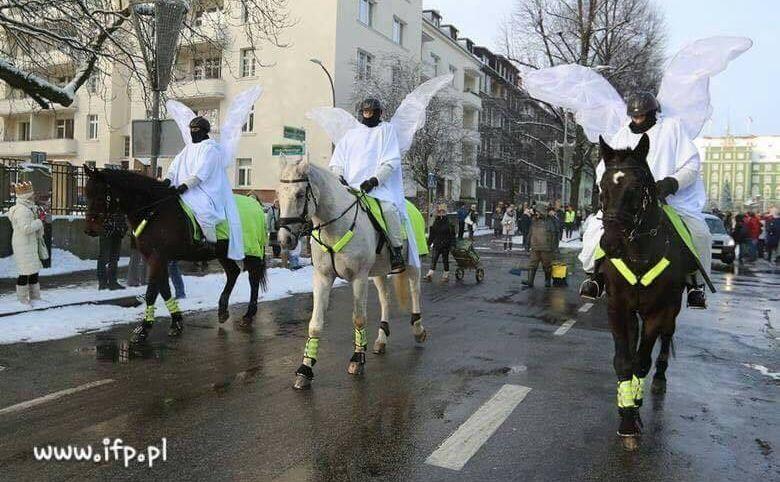 Policjanci w przebraniu aniołów
