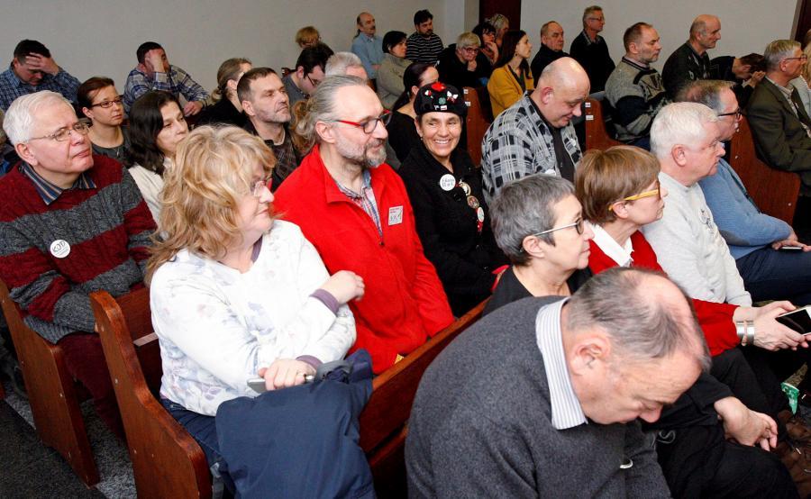 Lider KOD Mateusz Kijowski wśród publiczności na sali rozpraw