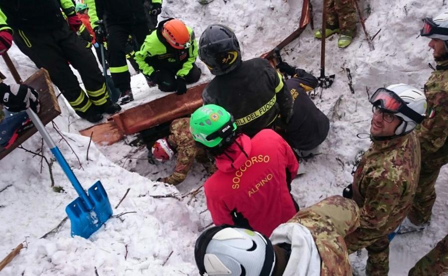 Akcja ratunkowa na gruzach zniszczonego przez lawinę hotelu Rigopiano