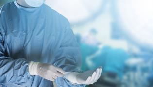 Chirurg szykuje się na operację
