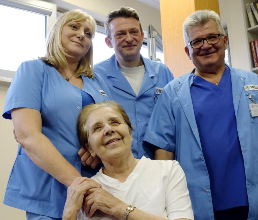 Prezes zabrzańskiego szpitala miejskiego dr n. med. MARIUSZ WÓJTOWICZ (w środku, z tyłu), ordynator oddziału anestezjologii dr BOŻENA ŚLIWA-RAK (po lewej), ordynator oddziału chirurgii urazowo-ortopedycznej MAREK HAWRANEK (z prawej) z pacjentką BOŻENĄ STACHURSKĄ