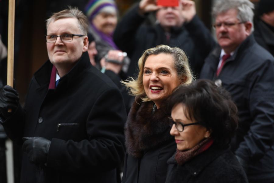 Senator Prawa i Sprawiedliwości, Anna Maria Anders (C), posłanka PiS Elżbieta Witek (P) oraz senator PiS Waldemar Bonkowski (L)