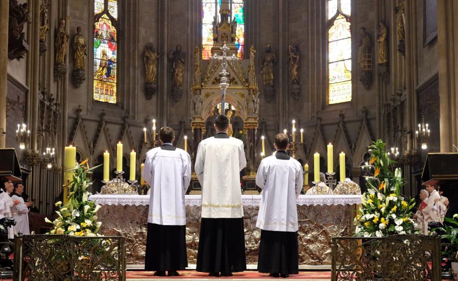 Księża przed ołtarzem